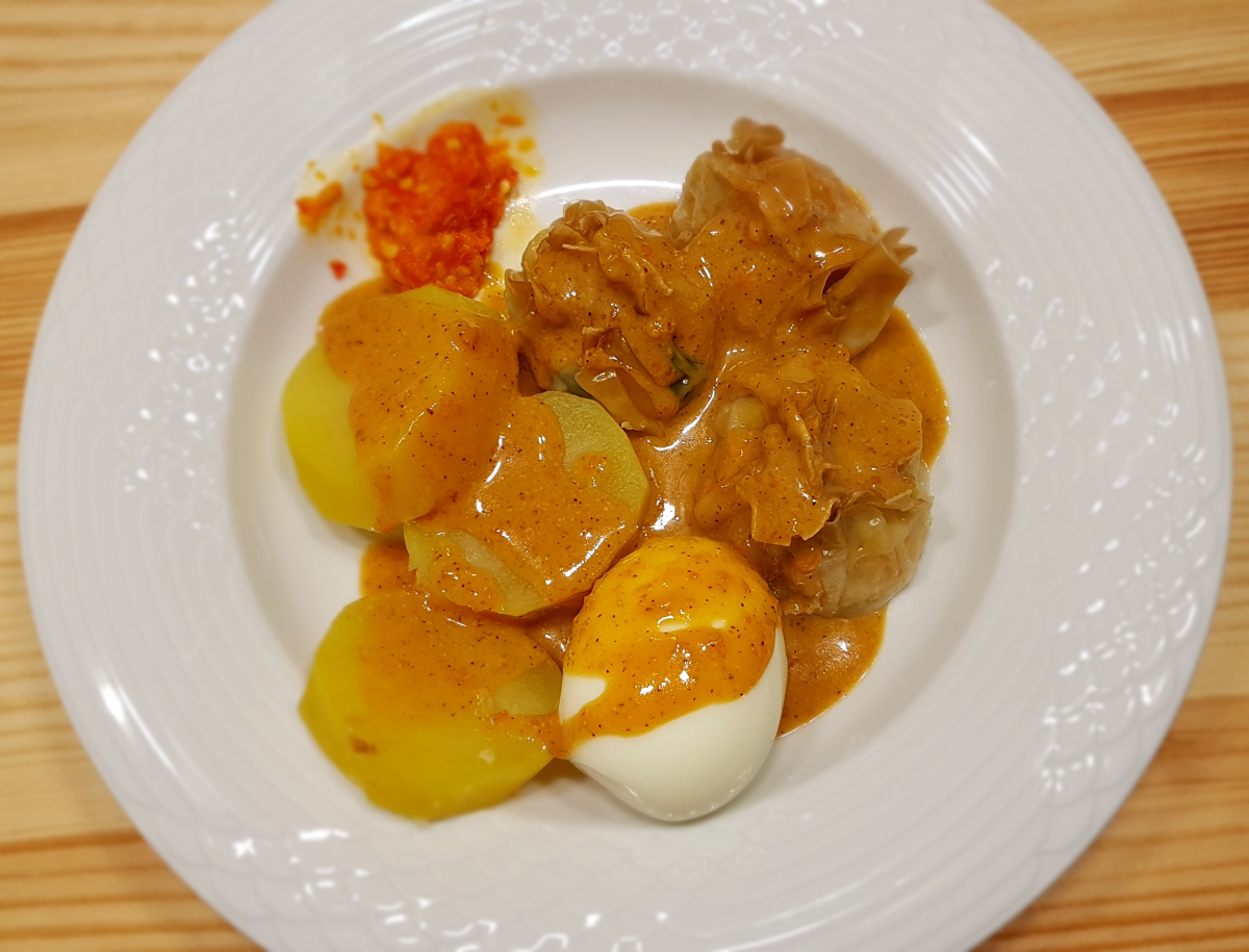 Siomay Ayam with potato, egg and peanut sauce